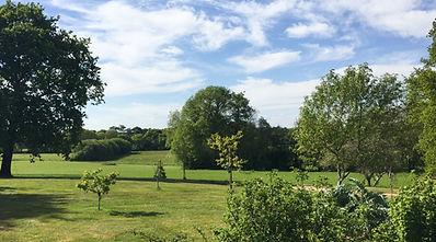 Le grand jardin autour de la maison