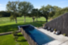 La piscine extérieure, chauffée de juin à septembre