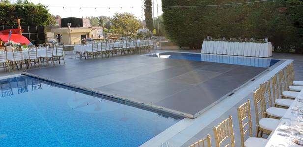 Монтаж на подиум в басейн за сватбено парти