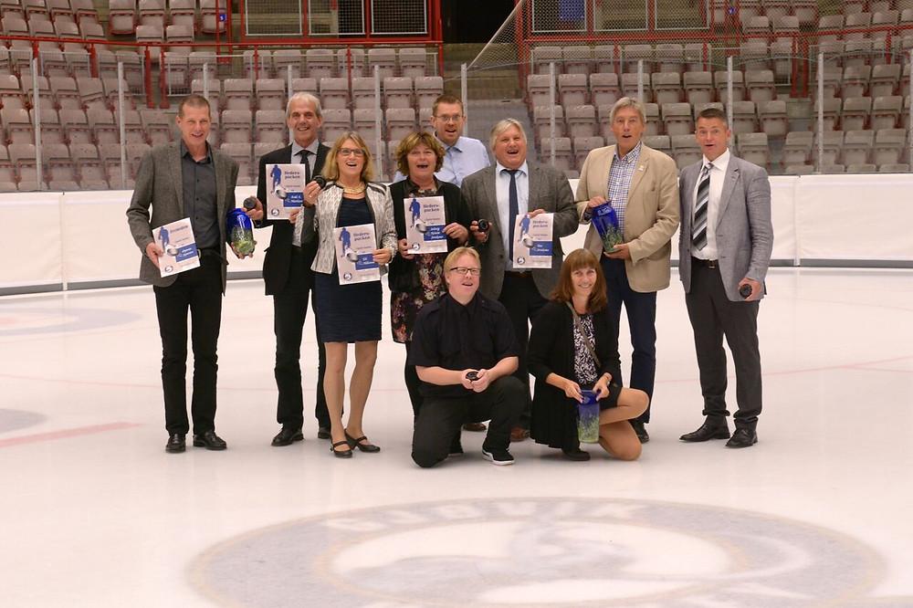 Viggo bakerst til høyre i forbindelse med utdeling av Hederspucken på Gjøvik Hockeys 25-årsjubileum.