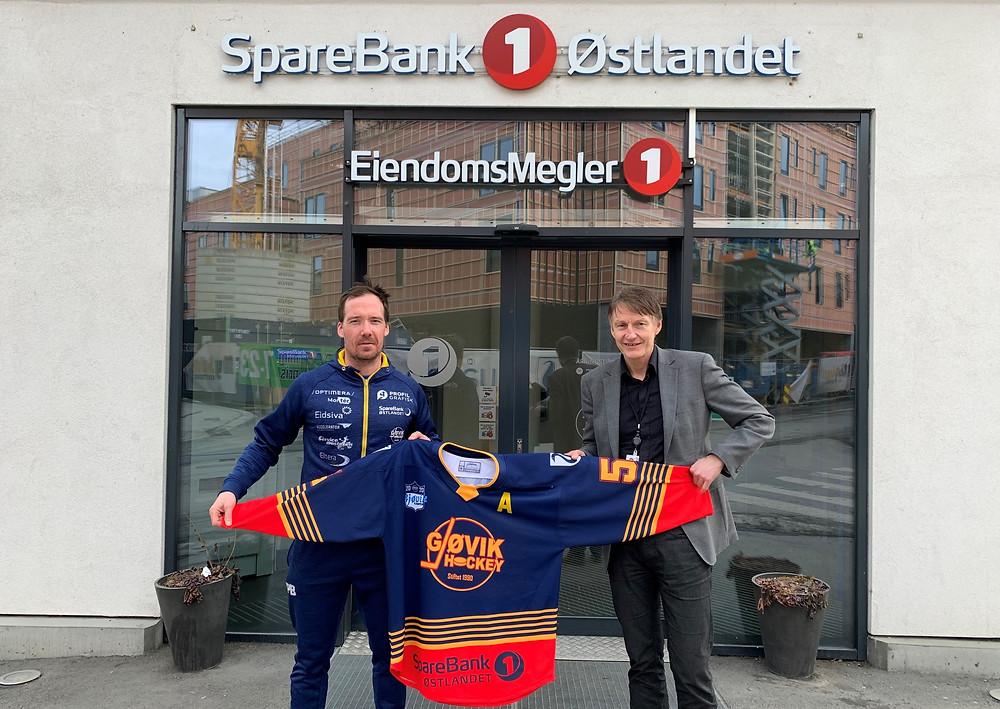 Annstein Ludvigsen (til høyre) for Sparebank1 Østlandet og Patrik Bäärnhielm for Gjøvik Hockey etter at en ny samarbeidsavtale er på plass.