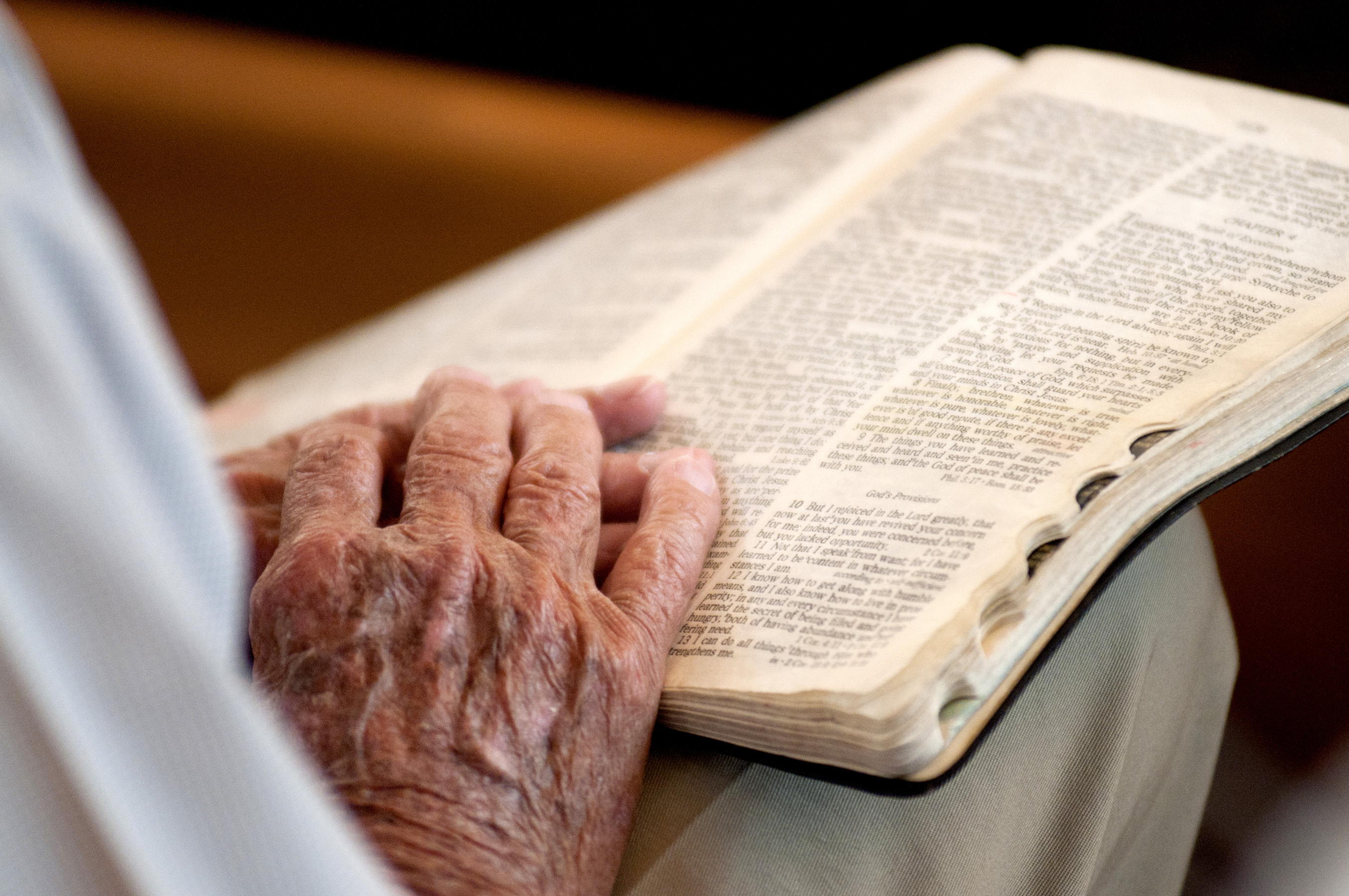 a-cu-bible-hands-old_8991