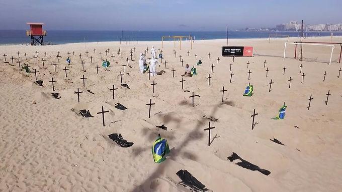 Cavaron cientos de tumbas simbólicas en Copacabana Río de Janeiro