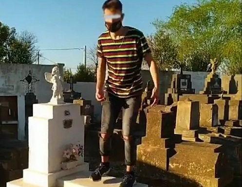 Imputan al joven que se grabó bailando sobre una tumba