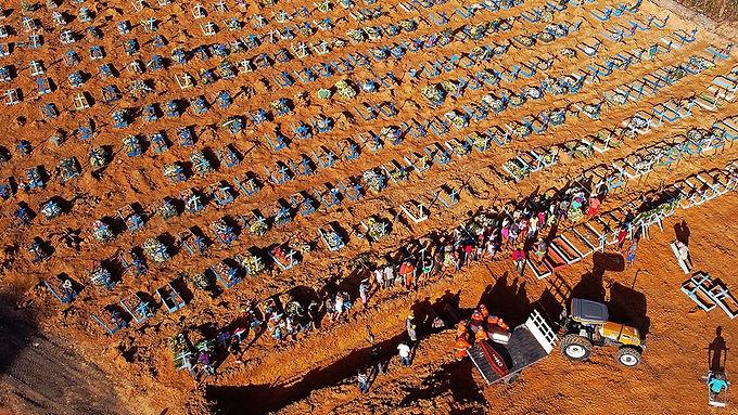 Faltan ataúdes para los muertos en Brasil