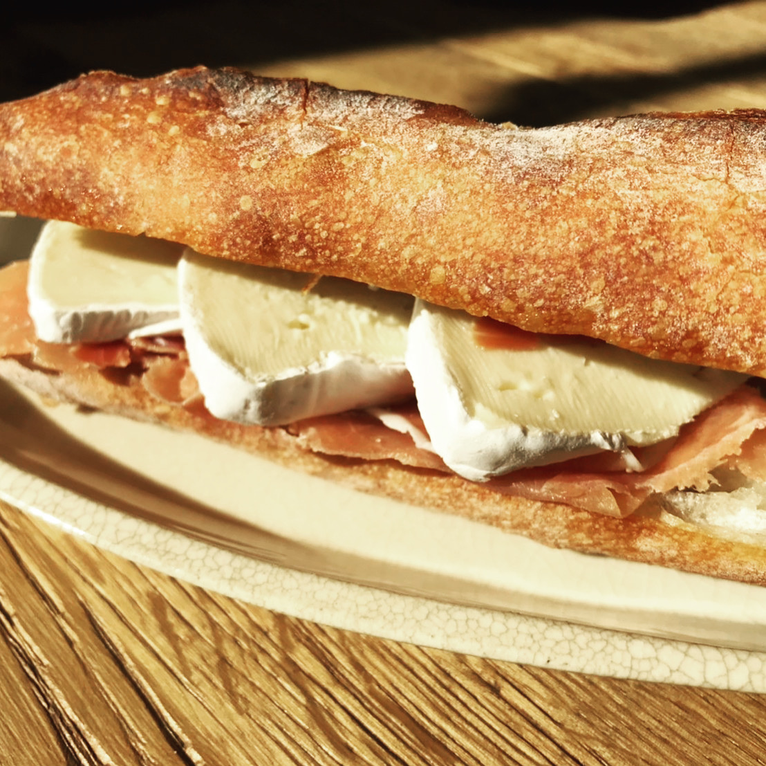 生ハムとブリ―チーズのカスクルート