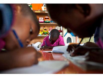 Niños y niñas en la escuela África Derandein