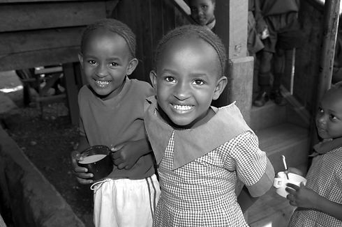 Niños y niñas alimentación África Derandein