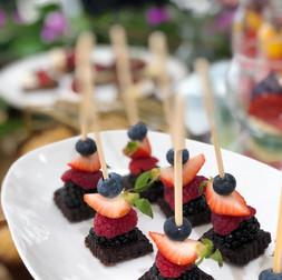 Mini Brocheta de Brownie con Berries