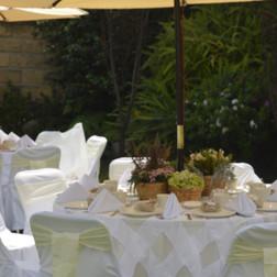 Mesa con Cubremantel Vintage con Sombrilla