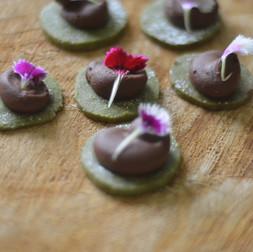 Crisp de Matcha con Trufa de Chocolate
