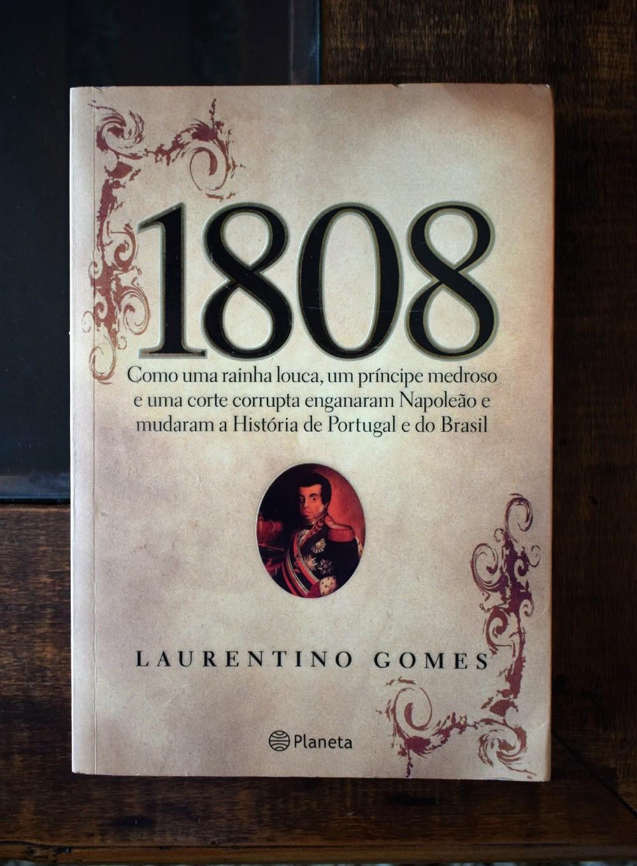 O livro 1808, de Laurentino Gomes, em uma mesa de madeira.