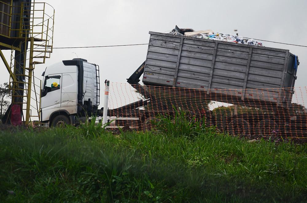 Um caminhão trazendo diversos resíduos, entre eles um colchão, para o aterro sanitário de São Leopoldo.
