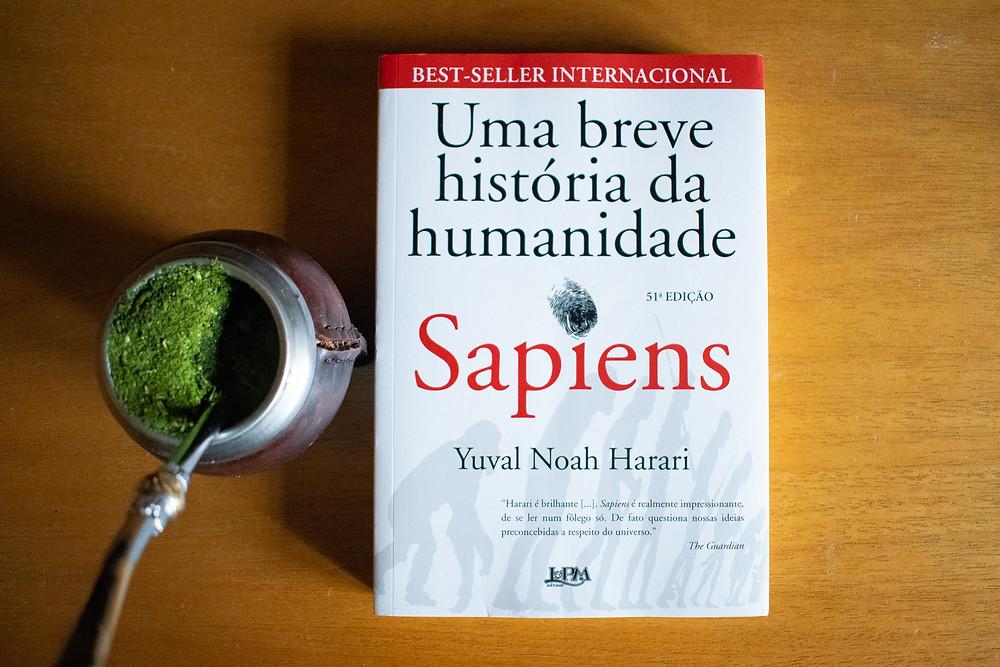 O livro Sapiens em uma mesa, com um chimarrão ao lado.