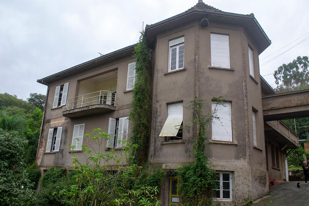 Uma casa antiga com uma torre parecida com a de um castelo.