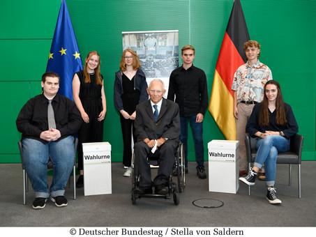 Schülerinnen im Gespräch mit Schäuble