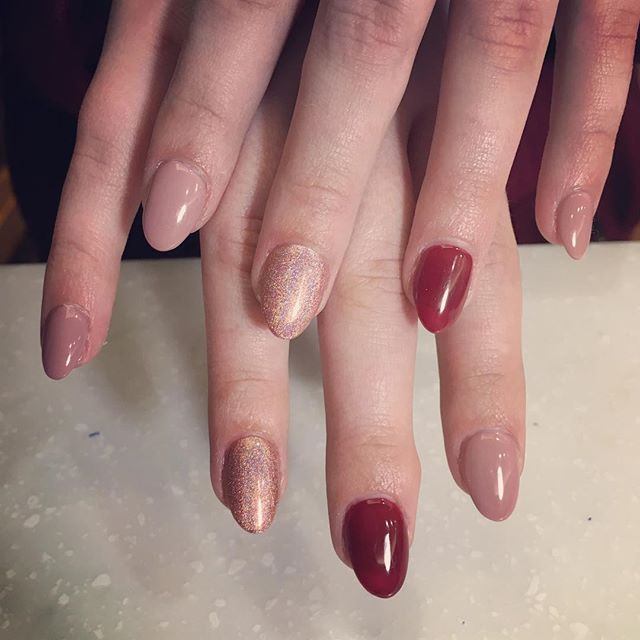 Perfect amount of #class and #joy 💅🏻🍷 #HNB #nails #nail #hologram #nude #chicago