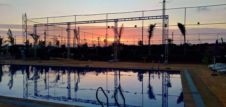 Coucher de solei devant la piscine au Park 18