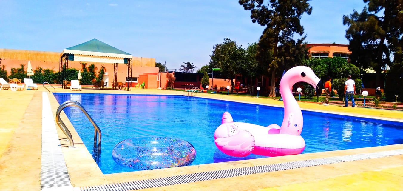 Piscine d'été en extérieur pour les enfants et adultes