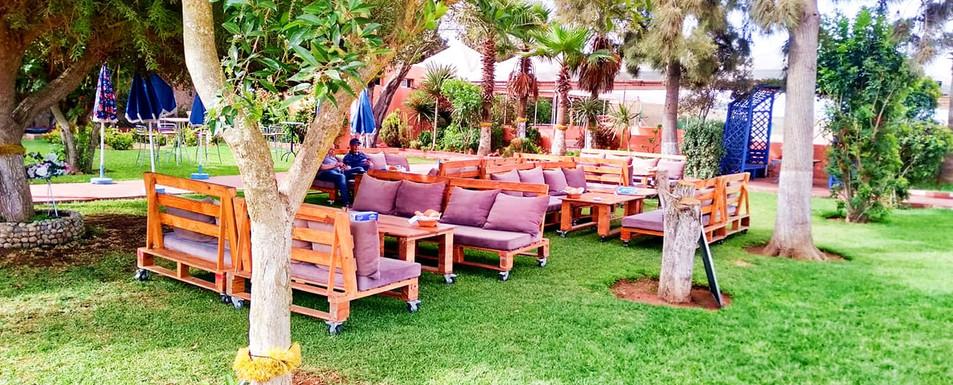 Terrasse de restaurant dans un beau jardin