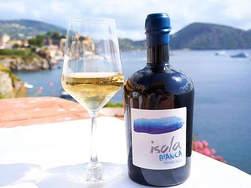 Un fantastico calice di vino bianco isola bianca in riva al mare della sicilia