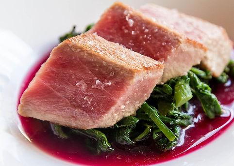tonno rosso su salsa di lamponi di perbacco ristorante e bar davi