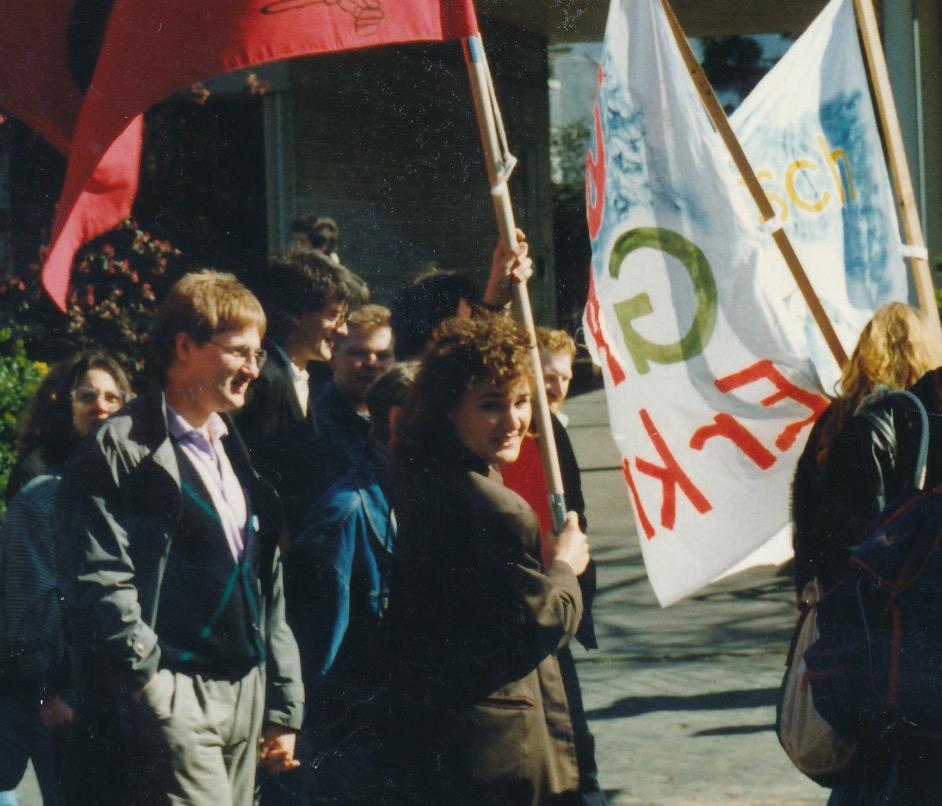 1989_Maidemo_Marion mit Fahne_edited_edi