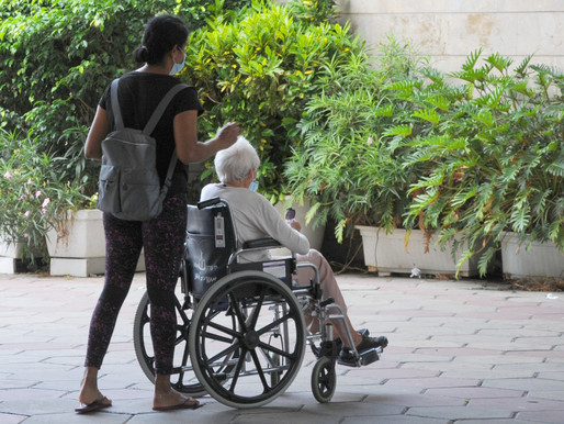 The duties of the caregiver in the elderly's home