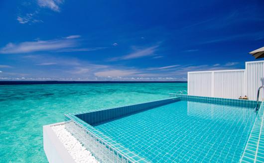 Piscina do Bangalô sobre águas Ocean Pool Villa.