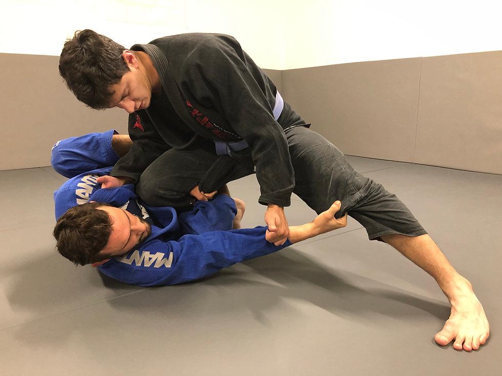 Renversement à partir de la demi-garde a l'académie de jiu-jitsu à Confleunce