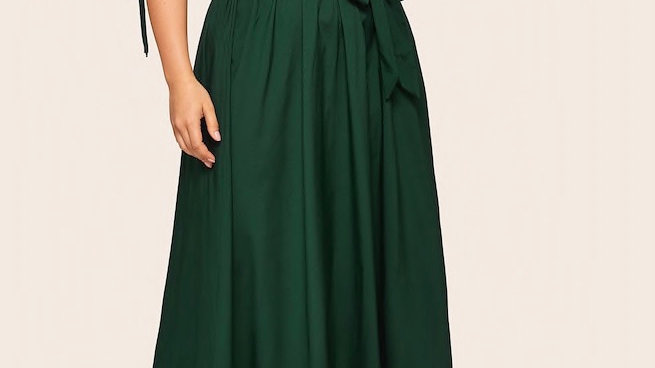 Longue robe verte ceinturée
