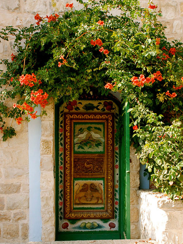 2-Green-Door-with-bougainvailla-Safed.jp