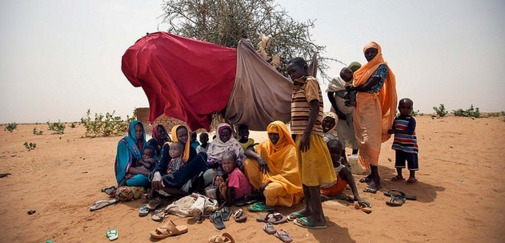 A group of newly displaced people take shelter under a bush in Zamzam camp, North Darfur (Archive photo: Unamid)