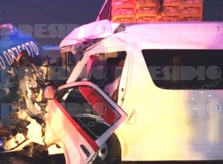 Muere prensado chofer de taxi colectivo
