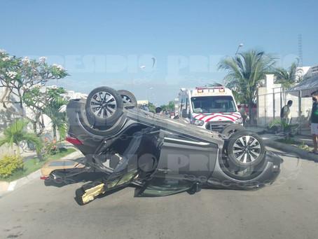 Conductor se fuga tras volcar un vehículo con familia en Ciudad Caucel