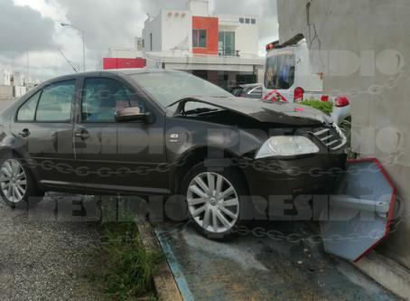 Colisión entre dos autos termina dentro de un predio