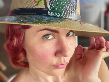 Michelle Vieth muestra cómo lucir un sofisticado escote y verse elegante