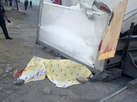 Madre e hijo de 5 años mueren aplastado por caja de tráiler