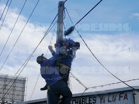 Descarga eléctrica tumbó a empleado, quedó colgado en el poste