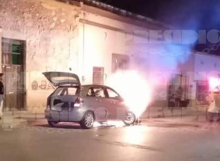 Se bajó por su canastilla y fuego consumió su auto de lujo