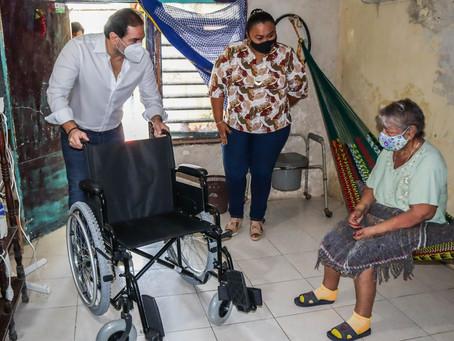 El alcalde Julián Zacarías Curi entrega equipo ortopédico a progreseñas