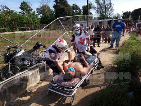 Motociclista se aporrea contra malla ciclónica