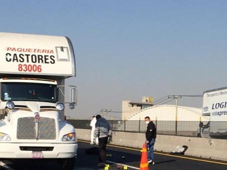 Hallan sin vida a trailero a mitad de la carretera; al parecer lo asaltaron