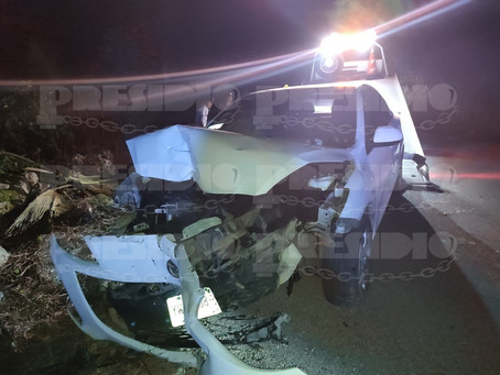 Tras falla mecánica conductor se impacta en un poste de concreto