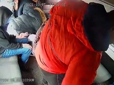 Rateros se suben a combi y roban a un bebé que iba con su mamá (VIDEO)