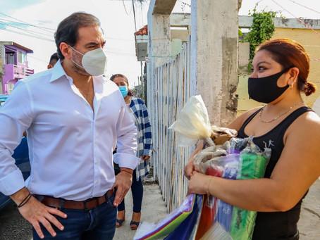 Con material, el alcalde Julián Zacarías Curi apoya a mujer que elabora piñatas
