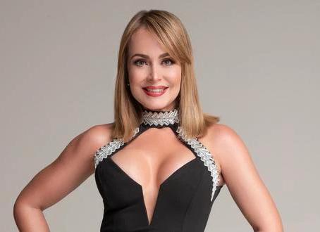 Gaby Spanic derrocha elegancia en vestido mostaza off shoulder