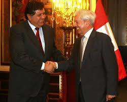 Otros tiempos. Ex presidente homenajeó a Vargas Llosa en el palacio de gobierno.