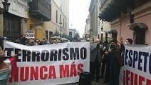 """""""Terrorismo Nunca Más"""" corean ciudadanos frente a la sede de la cancillería."""