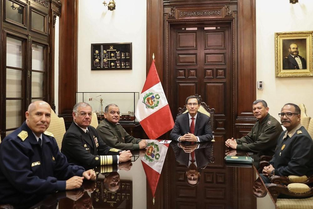 Presidente Vizcarra con jefes de Comando Conjunto de FFAA, de Ejército, Marina, Fuerza Aérea, y director general de Policía Nacional.